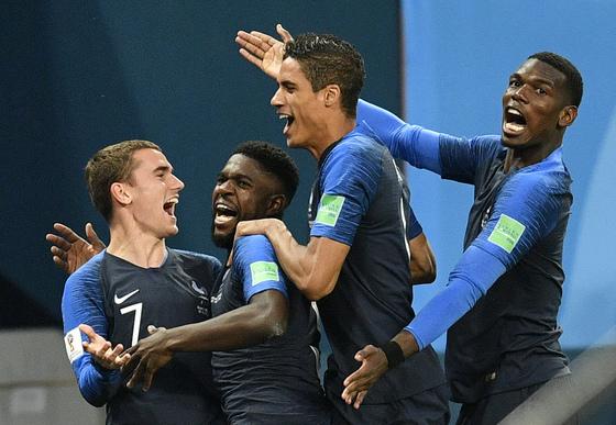 프랑스 움티티(왼쪽 둘째)가 벨기에와 4강전에서 골을 터트린 뒤 팀동료 그리즈만, 바란, 포그바와 기쁨을 나누고 있다. [AP=연합뉴스]