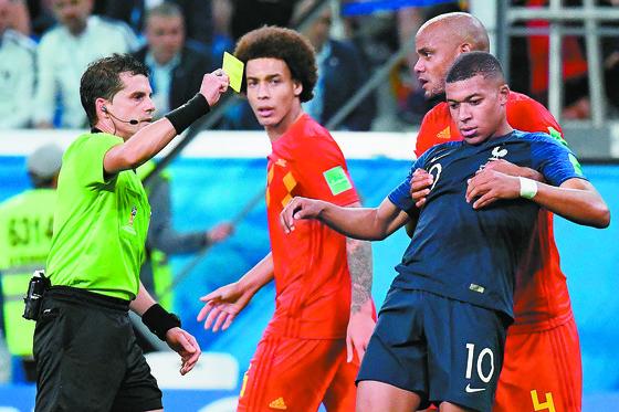 비신사적인 플레이로 경기를 지연시키다가 주심에게 경고를 받은 프랑스 음바페(오른쪽). [AFP=연합뉴스]