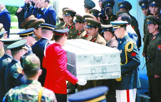 1996년, 6.25전쟁당시 북한지역에서 사망한 미군 유해가 발굴돼 판문점을 통해 송환되는 모습. [중앙포토]