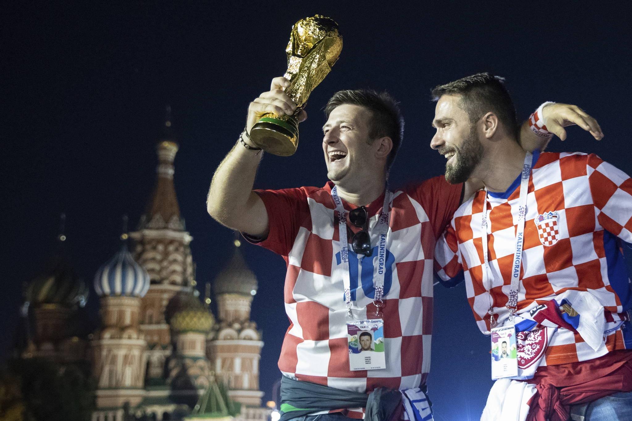 크로아티아 축구팬들이 12일 준결승전에서 잉글랜드를 꺾고 승리하자 모스크바 붉은광장의 성바실 성당 앞에서 기뻐하고 있다. [AP=연합뉴스]