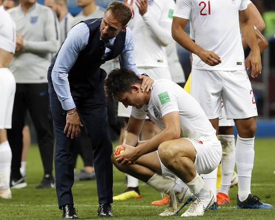 사우스게이트 잉글랜드 감독(왼쪽)이 월드컵 결승행이 좌절된 뒤 매과이어를 위로하고 있다. [EPA=연합뉴스]
