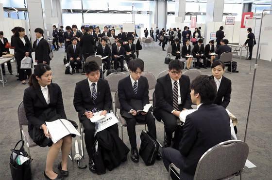 지난 3월 일본 도쿄(東京) 분쿄(文京)구에서 열린 신입사원 채용설명회에서 참가자들이 기업 채용 담당자의 설명을 경청하고 있다. 일본 정부는 기업들이 신입사원 확보 경쟁이 과열되지 않도록 하기 위해 대학 졸업 예정자에 대한 공식적인 채용 활동을 졸업 전해의 3월 이후로 제한하고 있다. [교도=연합뉴스]