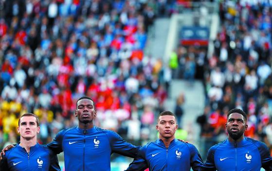 러시아 월드컵 준결승전 벨기에전을 앞두고 국가를 따라 부르는 프랑스 선수들. 사진 속 그리즈만·포그바·음바페·움티티(왼쪽부터) 모두 이민자 가정 출신이다. 결승에 오른 프랑스는 1998년에 이어 20년 만에 월드컵 우승을 노린다. [AP=연합뉴스]