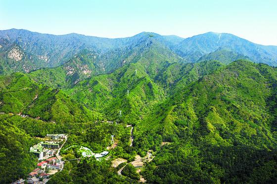정부가 11일 해양레저관광 활성화 계획을 발표했다. 이명박 정부는 강을, 박근혜 정부는 산을 관광자원으로 육성하겠다고 했다. 사진은 케이블카 논란이 뜨거웠던 설악산. [중앙포토]