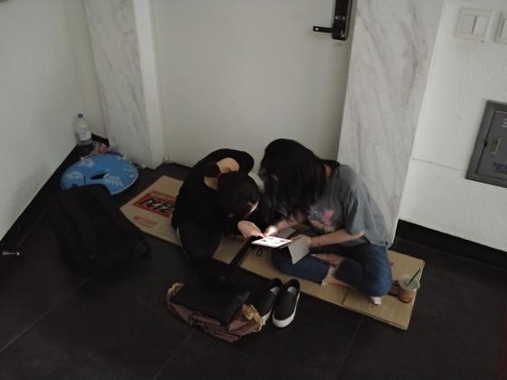 10일 오후 10시, 압구정 투명치과 앞에 가장 먼저 도착한 대기자 손모(24)씨와 이모(25)씨. 김정연 기자