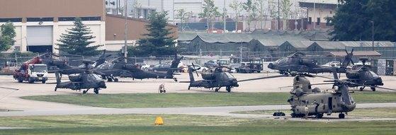 지난 6월 경기도 평택시 미8군사령부 캠프험프리스에서 아파치 롱보우(AH-64D), 아파치(AH-64), 치누크(CH-47) 헬기가 계류되어 있다. 한미 군 당국은 북미간 대화 진전을 위해 오는 8월 예정된 대규모 한미연합훈련인 을지프리덤가디언(UFG)을 유예하기로 결정했다.[뉴스1]