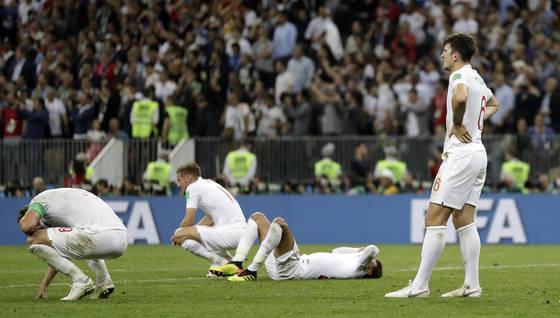 월드컵 4강에서 탈락한 뒤 좌절하는 잉글랜드 선수들. [EPA=연합뉴스]