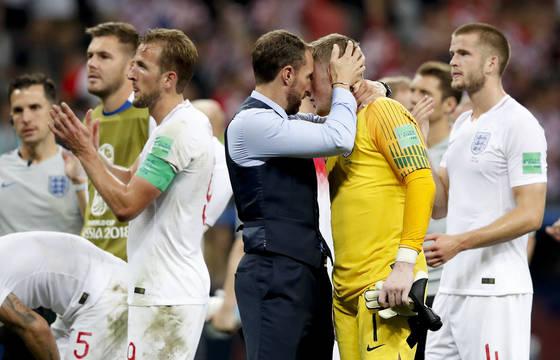 사우스게이트 잉글랜드 감독이 결승행이 좌절된 뒤 골키퍼 픽퍼드를 위로하고 있다. [AP=연합뉴스]