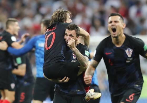 크로아티아가 사상 첫 월드컵 결승에 진출한 뒤 모드리치(왼쪽)가 만주키치(가운데) 품에 안겨 기뻐하고 있다. [AP=연합뉴스]