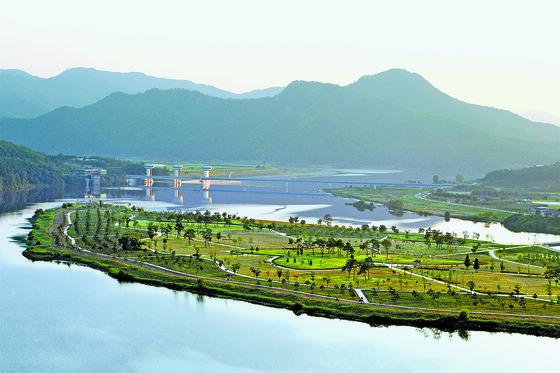 정부가 11일 해양레저관광 활성화 계획을 발표했다. 이명박 정부는 강을, 박근혜 정부는 산을 관광자원으로 육성하겠다고 했다. 사진은 경북 상주 낙동강변. [중앙포토]
