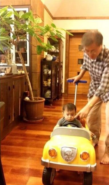 문재인 대통령이 준용씨의 아들의 유모차를 밀어주고 있다.