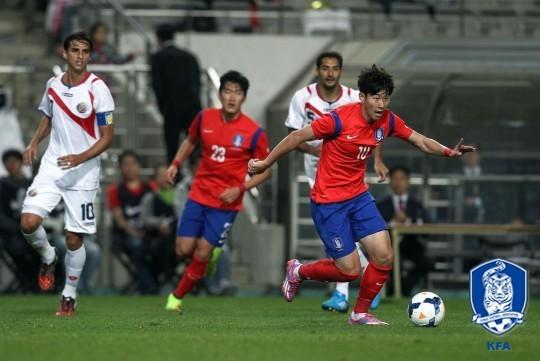 손흥민(오른쪽)이 2014년 코스타리카와 경기에서 드리블을 하고 있다. [사진 대한축구협회]