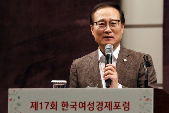 홍영표 더불어민주당 원내대표가 13일 오전 서울 중구 웨스틴조선호텔에서 열린 '제17회 한국여성경제포럼'에서 강연을 하고 있다. 이날 홍 원내대표는 '지속가능 성장을 위한 여성경제 생태계 구축'을 주제로 강연했다. [뉴스1]