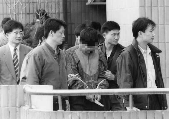1995년 'D고 이사장 피살 사건' 당시 현장검증 모습. [중앙포토]