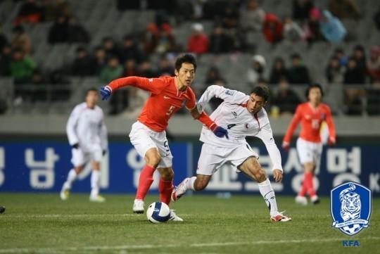 김남일이 2008년 칠레와 평가전에서 상대와 볼경합을 하고 있다. [대한축구협회]