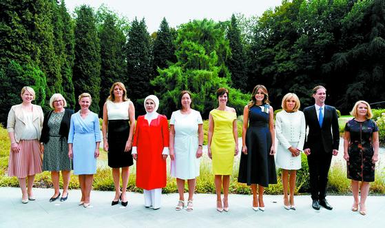 북대서양조약기구(나토) 정상회의에 참석 중인 각국 정상 배우자들이 11일(현지시간) 벨기에 워털루에서 기념촬영을 하고 있다. 왼쪽부터 에스토니아 총리 부인 카린 라타스, 스웨덴 총리 부인 울라 뢰벤, 슬로베니아 총리 부인 모이카 스트로프니크, 불가리아 대통령 부인 데시슬라바 라데프, 터키 대통령 부인 에미네 에르도안, 나토 사무총장 부인 잉그리드 슈레루드, 벨기에 대통령 부인 아멜리 데르바우드렝힌, 미국 대통령 부인 멜라니아 트럼프, 프랑스 대통령 부인 브리지트 마크롱, 룩셈부르크 총리의 동성 배우자 고티에 데스테네이, 유럽연합(EU) 정상회의 상임의장 부인 말고자타 투스크. [워털루 AFP=연합뉴스]