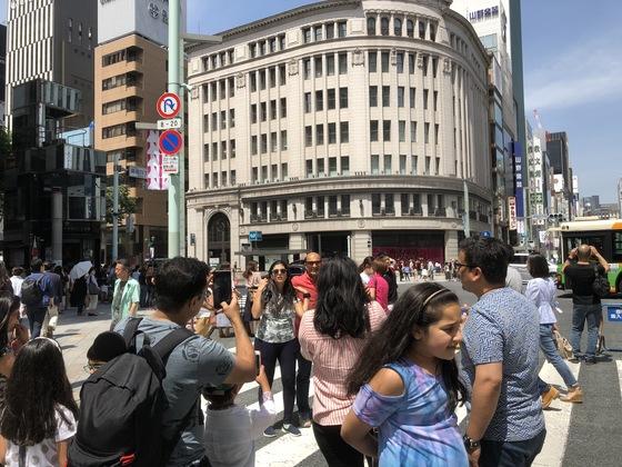 차량이 통제된 긴자 중앙로 '보행자 천국' 거리에서 사진을 찍고 있는 외국인 관광객들. [중앙포토]