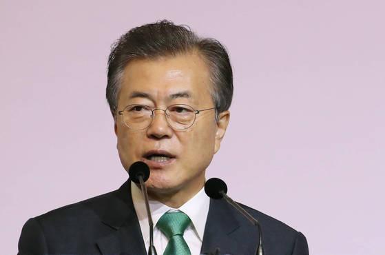 문재인 대통령이 싱가포르 국빈 방문 마지막 날인 13일 오전(현지시간) 오차드 호텔 그랜드볼룸에서 열린 '싱가포르 렉처'에서 '한국과 아세안 : 동아시아 평화와 번영을 위한 상생의 파트너'를 주제로 연설하고 있다. [연합뉴스]