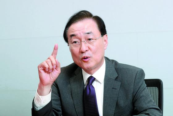 """박태호 서울대 명예교수는 '중국의 불공정 무역관행을 고쳐야 한다는 미국의 문제의식은 정당하지만 WTO를 거치지 않고, 무역수지라는 숫자에 집착하는 잘못을 저지르고 있다 """"고 말했다. [강정현 기자]"""