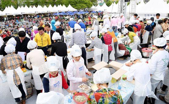 칼국수 축제에서 칼국수 요리 경연대회가 펼쳐졌다. [사진 대전 중구청]