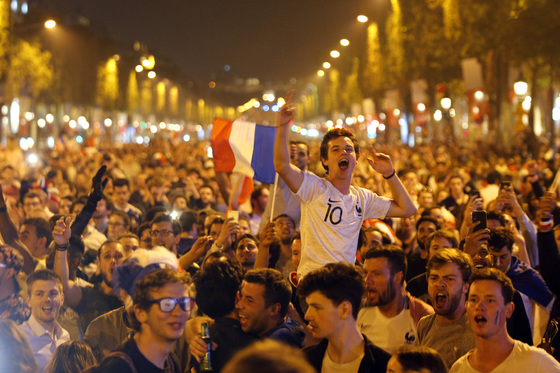 2018 월드컵 프랑스-벨기에 경기에서 프랑스의 승리를 축하하기 위해 파리 샹젤리제 거리에 모인 군중. [AP통신]