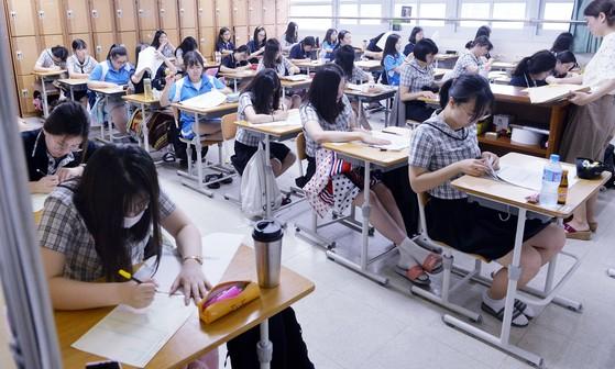 전국연합학력평가를 치르는 고교 3학년 학생들. 기사 내용과 관련 없음. 중앙포토