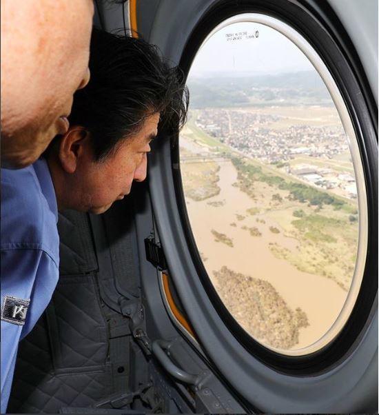아베 신조(安倍晋三·오른쪽) 일본 총리가 최근 폭우 피해를 본 서부 피해지역을 11일 자위대 헬기에서 바라보고 있다. [사진 총리관저 인스타그램 캡처]