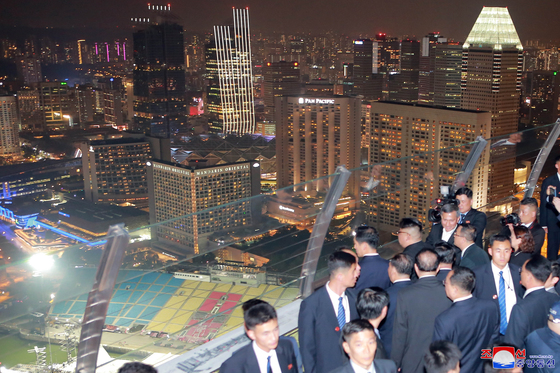 북한 노동당 기관지 노동신문은 12일 김정은 국무위원장이 전날 밤 싱가포르의 여러 명소를 참관했다고 보도했다. 사진은 마리나 베이 샌즈 호텔 전망대에 올라 시내의 야경을 부감하는 김 위원장의 모습. 연합뉴스