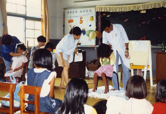 1990년대 서울의 한 대학교 의대생들이 농촌 초등학교에서 머릿니를 조사하고 있다. [중앙포토]