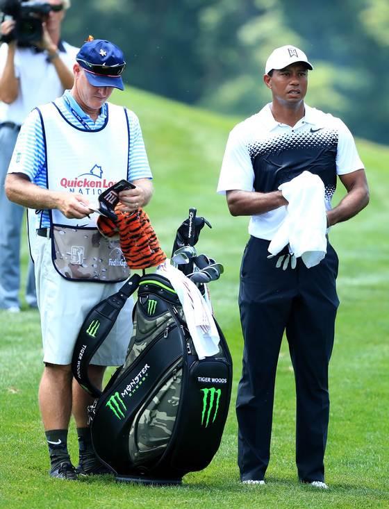 지난달 30일 열린 PGA 투어 퀴큰론스 내셔널에서 골프백 옆에 선 타이거 우즈. 이 골프백은 자선 경매를 통해 1만9000달러에 낙찰됐고, 해당 금액은 타이거 우즈 재단에 기부됐다. [AFP=연합뉴스]