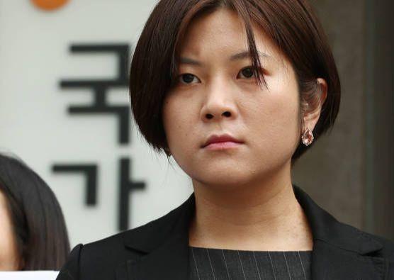 지난 5월 15일 오전 서울 종로구 국가인권위원회 앞에서 열린 ''EBS 까칠남녀' 폐지 인권침해-차별 국가인권위 진정 기자회견'에서 은하선 작가가 손팻말을 들고 있다. [연합뉴스]