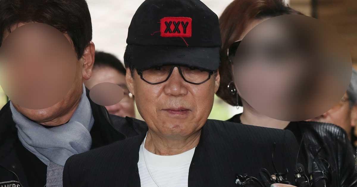 2017년 10월, 그림 대작(代作)' 사건으로 사기혐의로 재판에 넘겨진 가수 조영남 씨에게 법원이 징역 10개월에 집행유예 2년을 선고했다. 조 씨가 선고 공판을 받기 위해 법정으로 향하고 있다. 김상선 기자