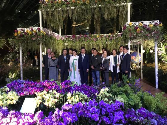 싱가포르 국빈방문 마지막 밤, 공식 일정을 마친 문재인 대통령과 김정숙 여사가 수행원들과 마리나베이샌즈를 찾았습니다. 기념사진 찰칵! 청와대제공