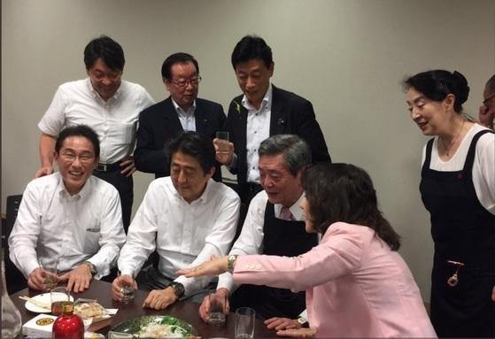 아베 일본 총리(앞줄 왼쪽 두번째) 가 대규모 피해를 남긴 서일본 지역 집중 호우 중인 지난 5일 중의원 의원들의 숙소인 '중의원숙사'에서 동료 의원들과 술자리를 가져 비판을 받고 있다. 사진은 술자리 참석자인 니시무라 관방 부장관이 자신의 트위터에 올린 술자리 컷. [연합뉴스]