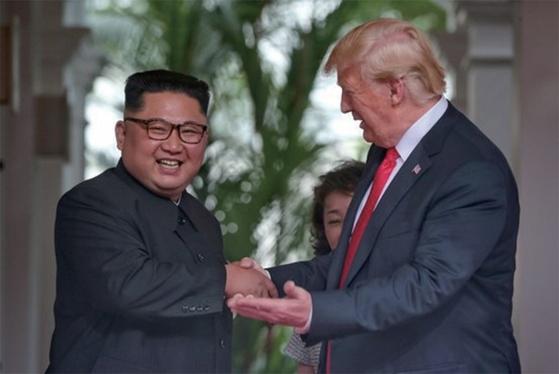 트럼프 미국 대통령과 김정은 북한 국무위원장이 6월 12일 북·미 정상회담이 열린 싱가포르 카펠라 호텔에서 악수하고 있다. [중앙포토]