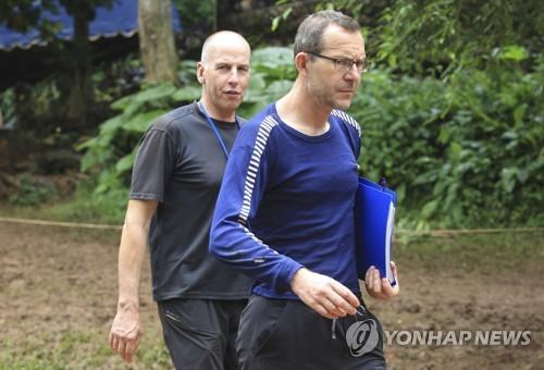 태국 동굴에 고립된 소년들을 처음으로 발견한 영국 탐험가 릭 스탠턴(왼쪽)과 존 볼랜던. [AP=연합뉴스]