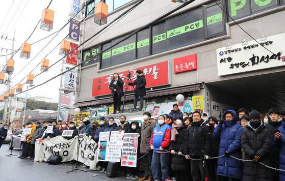 맘편히장사하고픈상인모임 회원들이 15일 오전 서울 종로구 서촌의 '본가궁중족발' 앞에서 법원 집행관이 강제집행을 하지 못하도록 가게 앞을 막아서고 있다. [연합뉴스]