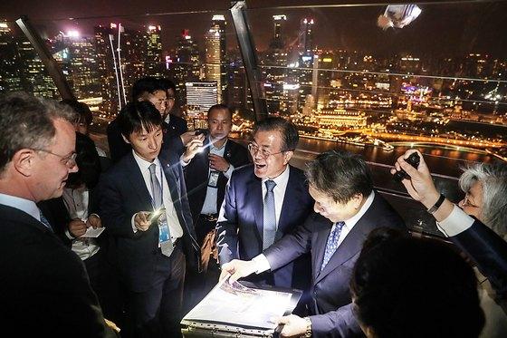 싱가포르를 국빈 방문중인 문재인 대통령이 12일 밤 국빈 만찬을 마친 후 마리나 베이 샌즈 전망대를 방문해 둘러보고 있다. 이곳은 6·12 북미정상회담을 위해 싱가포르를 방문했던 김정은 북한 국무위원장이 방문했던 곳이어서 눈길을 끈다. (청와대 제공)