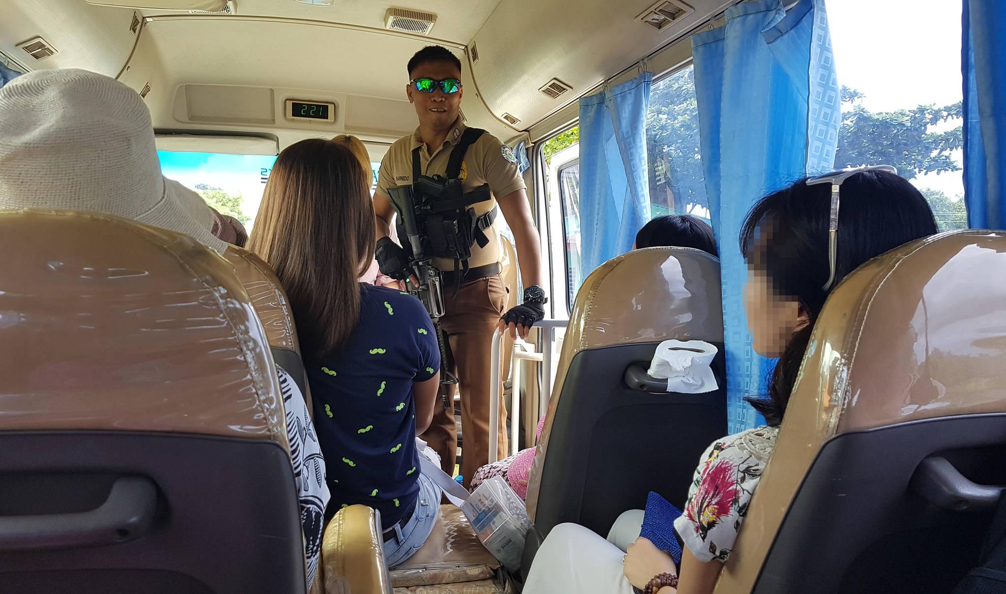 필리핀 팔라완 이와힉 개방 교도소 입구에서 총을 든 교도대원이 관광객이 탄 차량 내부를 살펴보고 있다. 변선구 기자