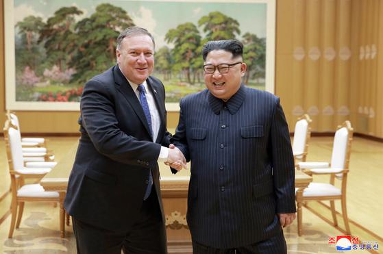 지난 5월 10일 마이크 폼페이오 ㅁ국 국무장관의 2차 방북 당시 김정은 북한 국무위원장과 만나는 모습. 그러나 김 위원장은 지난 6알 폼페이오 장관의 3차 방북 때는 면담에 응하지 않았다.