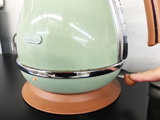 전기 스위치를 켜 물을 팔팔 끓인 후 5~10분 정도 놔둔다.