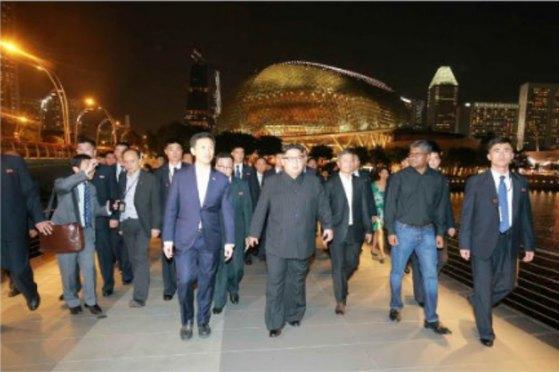 북한 노동신문이 지난 11일(현지시간) 김정은 국무위원장이 싱가포르 마리나 베이 샌즈 호텔 전망대 등 관광명소를 둘러봤다고 12일 전했다.(노동신문)
