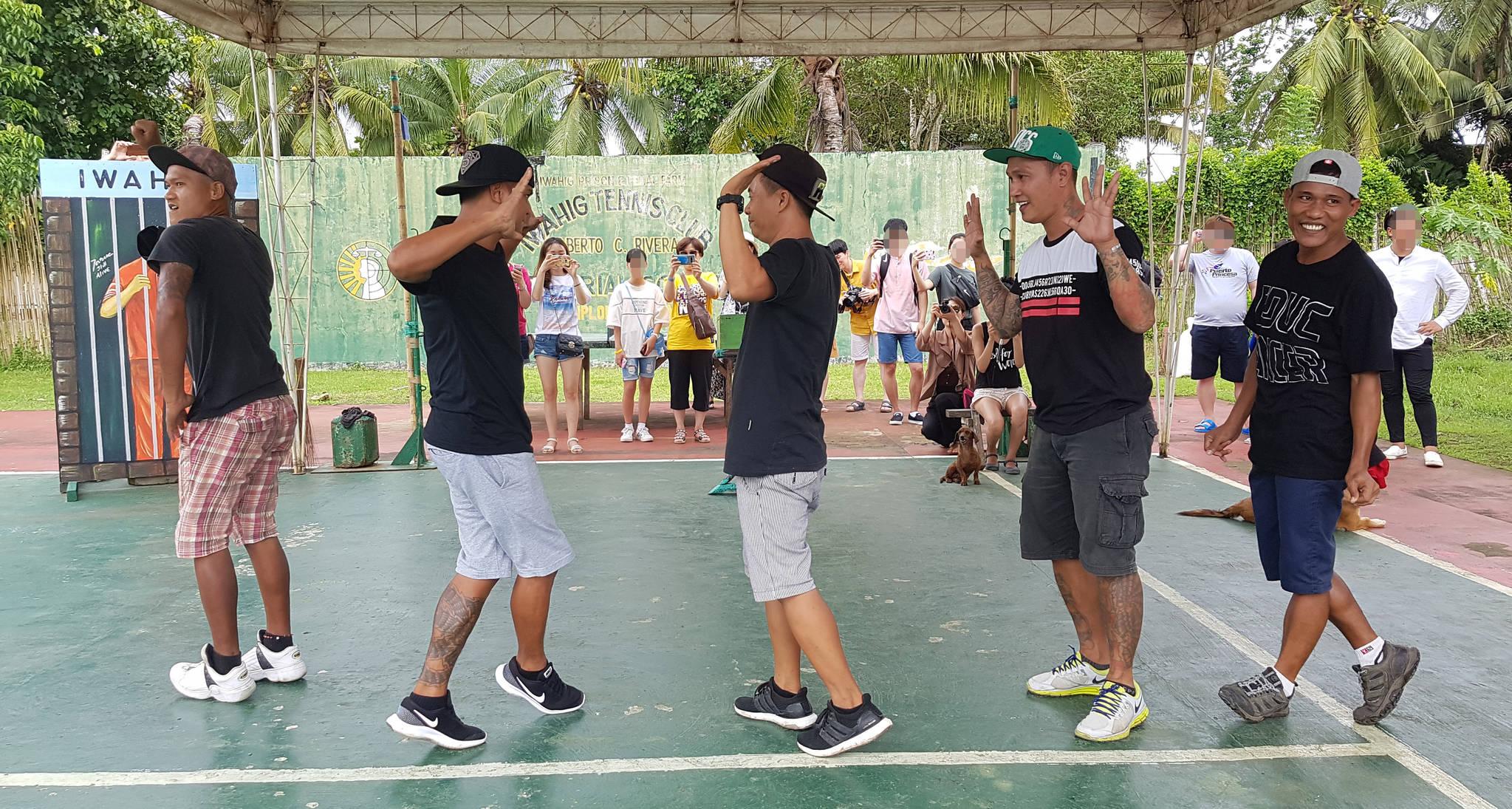 필리핀 팔라완 이와힉 개방 교도소 죄수들이 10일 관광객 앞에서 가수 싸이의 '마더파더 젠틀맨'과 모모랜드의 '뿜뿜'에 맞춰 춤을 추고 있다. 변선구 기자