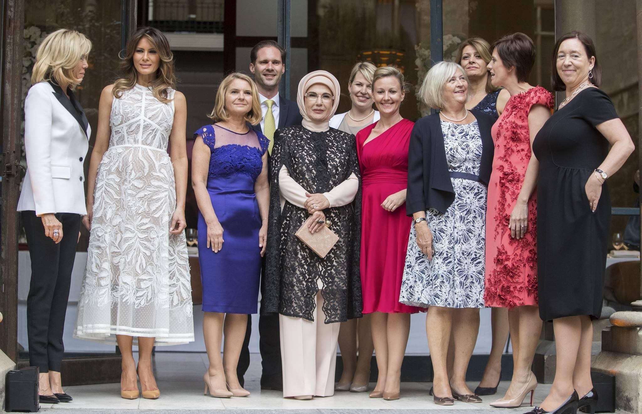 각국 정상 배우자들이 공식만찬전 기념사진을 찍고 있다. [AFP=연합뉴스]