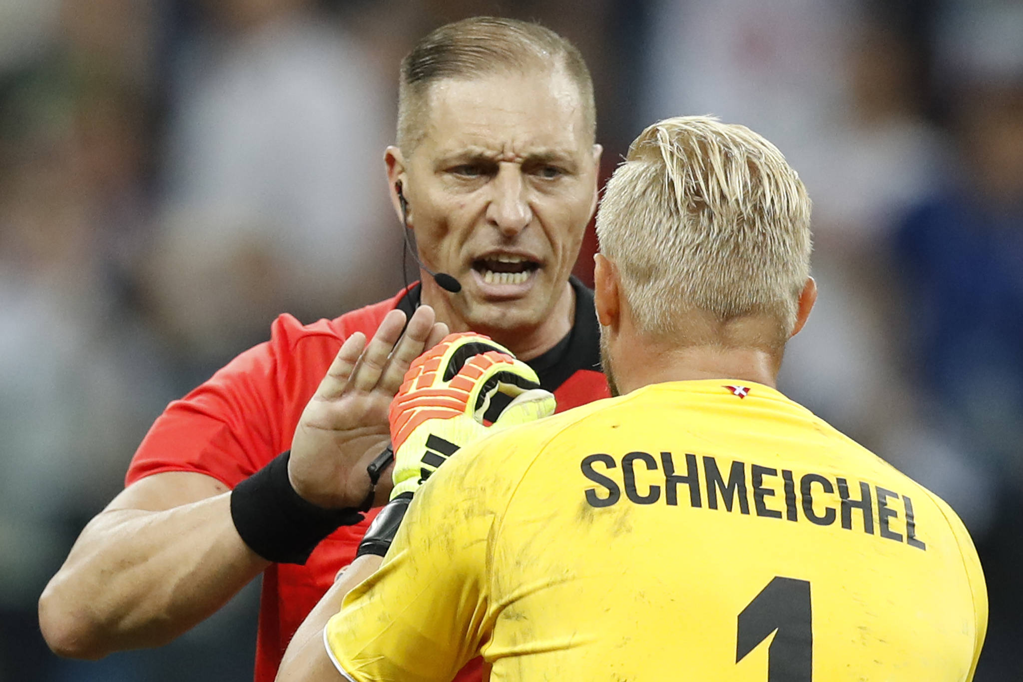 Denmark goalkeeper Kasper Schmeichel, right, speaks to Referee Nestor Pitana from Argentina during the round of 16 match between Croatia and Denmark at the 2018 soccer World Cup in the Nizhny Novgorod Stadium, in Nizhny Novgorod , Russia, Sunday, July 1, 2018. (AP Photo/Efrem Lukatsky) <저작권자(c) 연합뉴스, 무단 전재-재배포 금지>