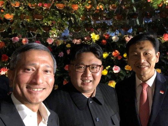 발라크리쉬난 싱가포르 외교장관이 11일 김정은 북한 국무위원장과 함께 찍은 사진을 트위터에 올렸다. 김 위원장은 이날 마리나베이샌즈에 있는 플라워돔과 가든스바이더베이 식물원을 방문했다. 사진 속 김 위원장과 발라크리쉬난 외교장관이 환하게 웃고 있다.(트위터 캡처)