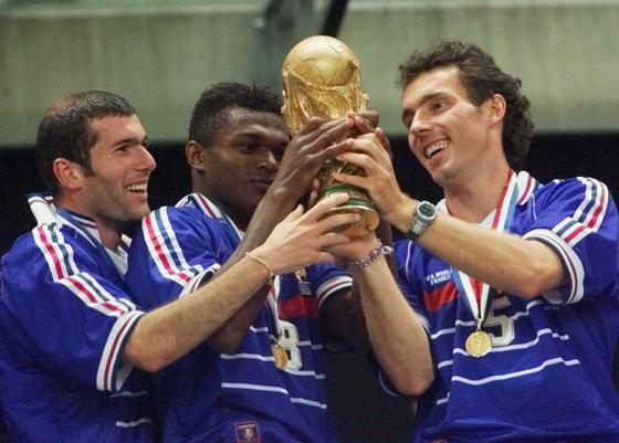 1998 월드컵 우승을 차지한 프랑스 지단, 드사이, 블랑.[AP=연합뉴스]