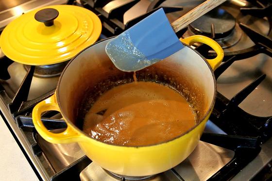 동량의 버터와 밀가루를 중간 불에 볶아 갈색 빛이 도는 '브라운 루'를 만든다.