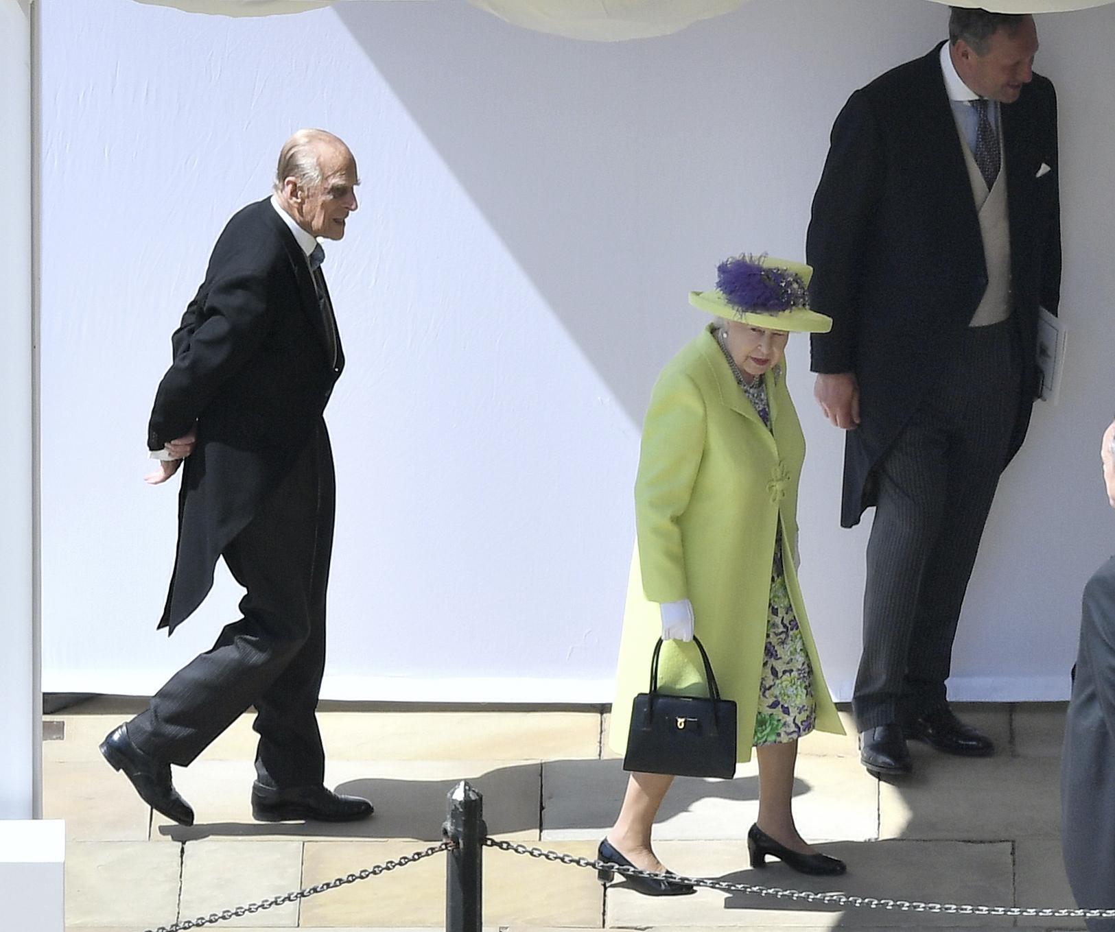 엘리자비스 2세 여왕과 남편 필립 공. 필립 공은 여왕보다 몇 걸음 뒤에서 걸어가고 있다. [AP=연합뉴스]