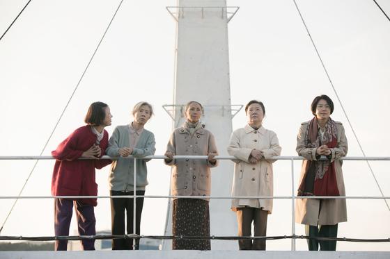 영화 '허스토리'에서 위안부 피해자 할머니들과 문정숙 사장(맨 오른쪽)이 재판을 위해 배를 타고 시모노세키(하관)로 향하고 있다. [사진 NEW]